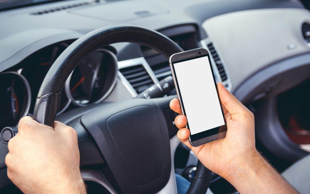 Téléphone au volant : Les interdictions se durcissent et les comportements s'aggravent.